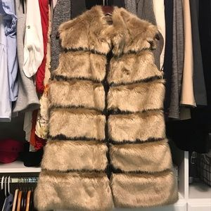 Gorgeous Via spiga faux fur vest leather trims 🖤